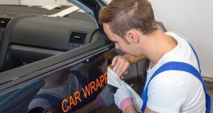 Autobeschriftungen werden an Fahrzeug angebracht