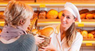Junge Frau kauft in der Bäckerei ein - Stammkunden gewinnen und halten
