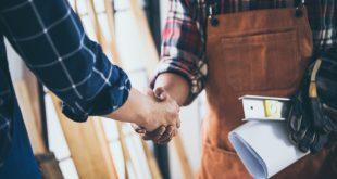 Handwerker begrüßt Kunden - Handwerker Werbung
