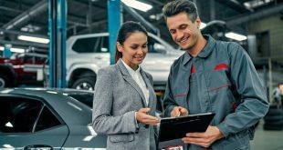 Junge Dame beim Auto-Mechaniker - Werkstattservice verbessern