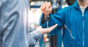 Automechaniker händigt Schlüssel aus - Schlüsselverwaltung dank kleiner Helfer